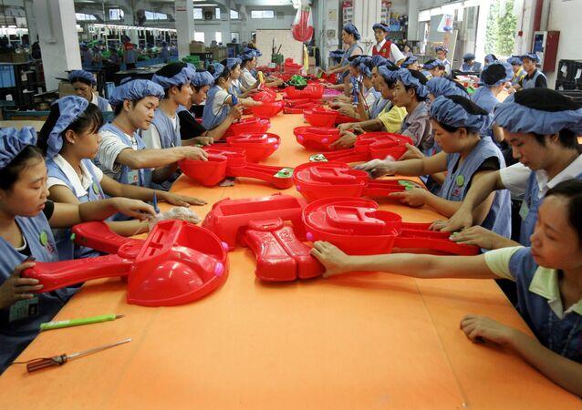 Les ouvrier assemblent des voitures de jouet à la ligne de production de l'usine Dongguan D alang Wealthwise à Dongguan, en Chine
