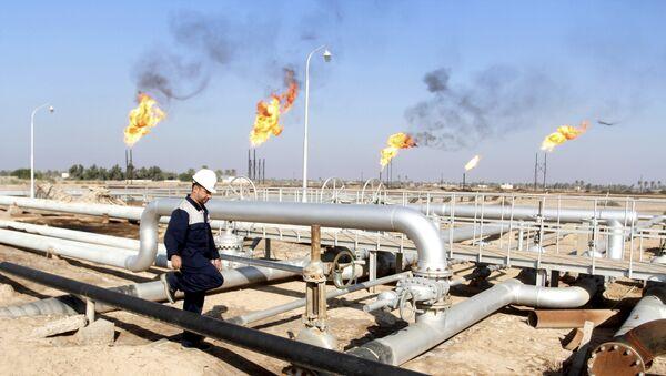Un ouvrier se promène au champ pétrolier de Nahr Bin Umar, au nord de Bassorah, en Irak le 21 Décembre 2015 - Sputnik France
