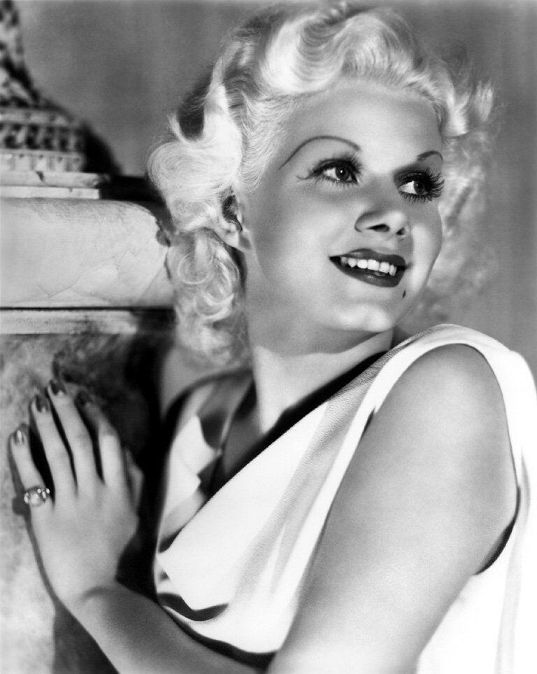L'actrice américaine et sex-symbol des années 1930 Jean Harlow est devenue l'une des plus grandes stars du monde dans les années 1930, surnommée la Blonde Bombshell ou encore la Platinium Blonde.