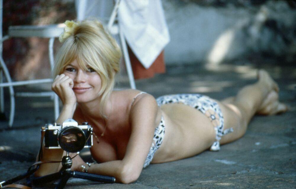 Après que la jeune comédienne française Brigitte Bardot a joué dans le film Et Dieu... créa la femme, les femmes du monde entier ont désiré avoir une magnifique chevelure dorée.