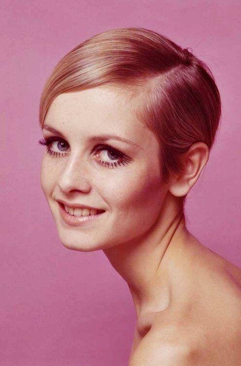La nouvelle tendance des années 1960: les cheveux courts. Twiggy, un mannequin britannique, est devenue un exemple pour les femmes.