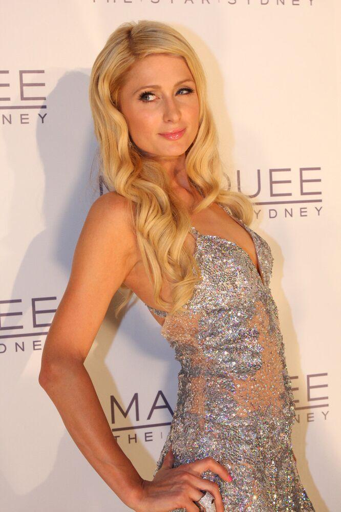 L'une des représentantes de l'époque glamour, héritière du fondateur de la chaîne d'hôtels Hilton, Paris Hilton. Ses longs cheveux blonds donnent l'impression qu'elle vient de quitter le coiffeur.