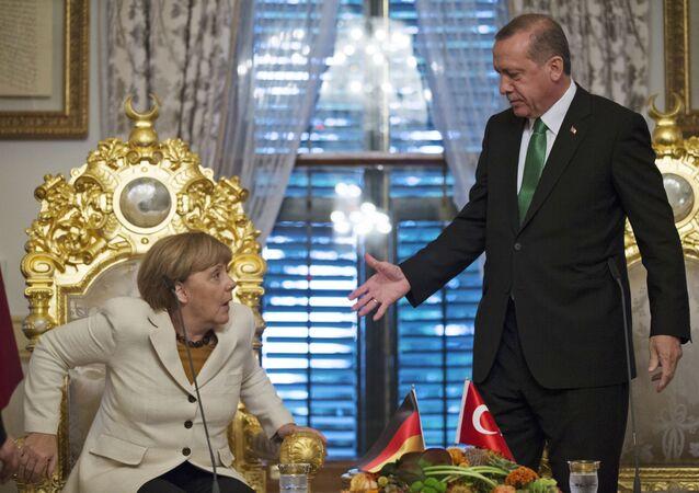 Le président turc Recep Tayyip Erdogan, à droite, offre sa main à la chancelière allemande Angela Merkel