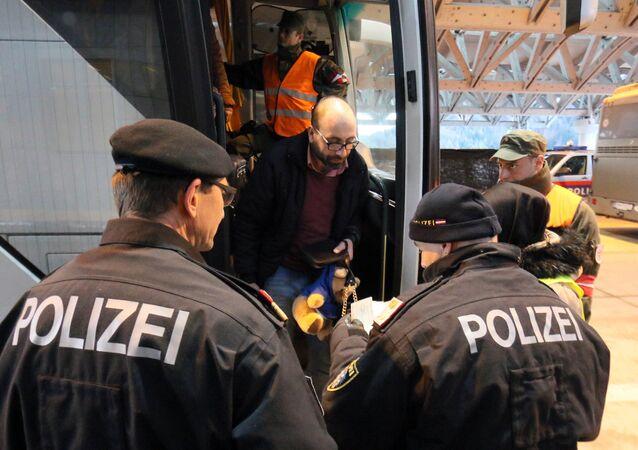 Des policiers autrichiens à la frontière avec la Slovénie