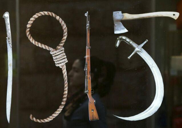 Un panneau à Erevan représentant les Instruments du génocide de 1915 dans l'Empire ottoman