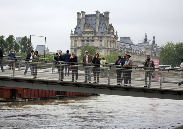 Comment ça va, le Louvre? Pas encore noyé?