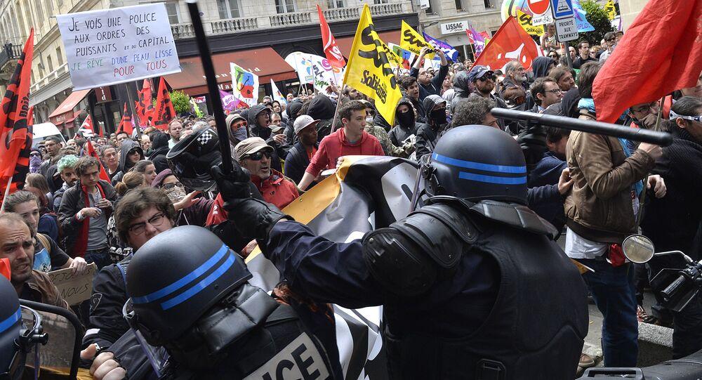 La police disperse une manifestation de protestation contre la Loi Travail à Bordeaux