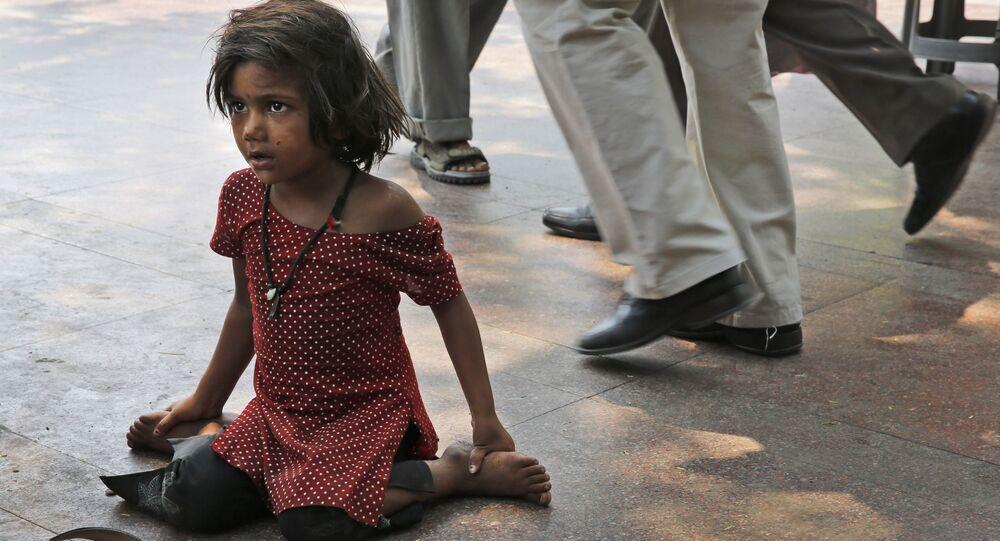 Une petite fille dans la rue de New Delhi