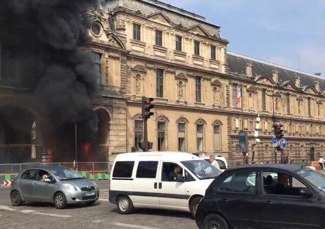 Un incendie aux abords du Louvre