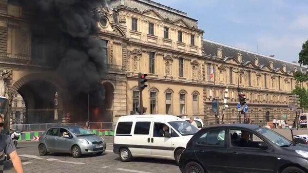 Un incendie aux abords du Louvre - Sputnik France