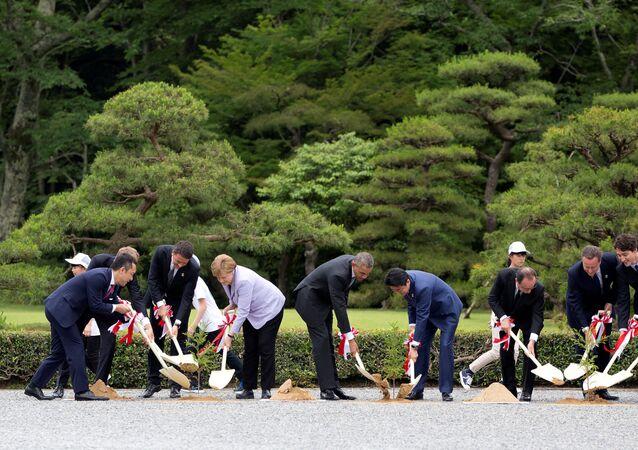 Les dirigeants des pays du G7 qui participent à la plantation d'arbres à sanctuaire d'Ise Jingu  au Japon