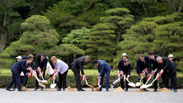 Les dirigeants des pays du G7 qui participent à la plantation d'arbres à sanctuaire d'Ise Jingu  au Japon - Sputnik France