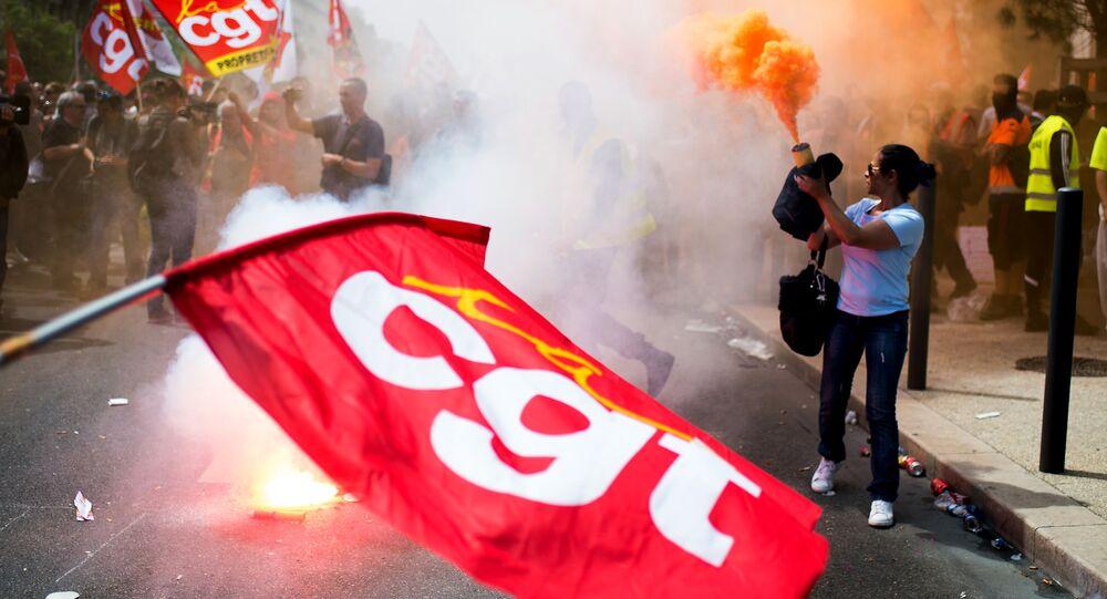 Paris: des manifestants allument des fumigènes à la gare Montparnasse