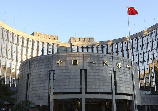 Le drapeau chinois hissé au-dessus de la Banque populaire de Chine