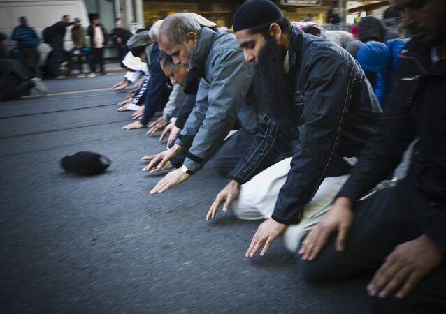 Des gens prient, image d'illustration