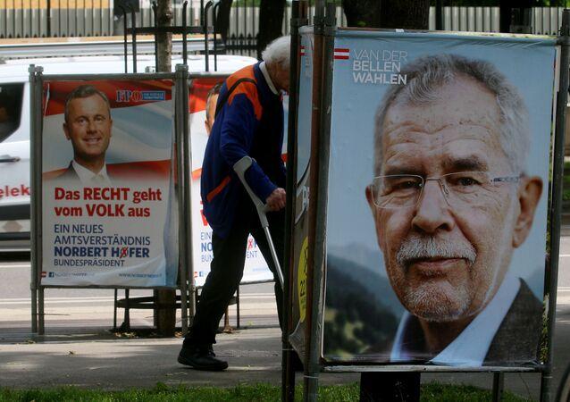 Un homme se promène entre les affiches électorales d'Alexander Van der Bellen, candidat à l'élection présidentielle, ancien chef des Verts autrichiens, à droite, et Norbert Hofer, candidat aux élections présidentielles d'extrême droite du Parti de la Liberté, FPOE, à gauche, à Vienne, en Autriche