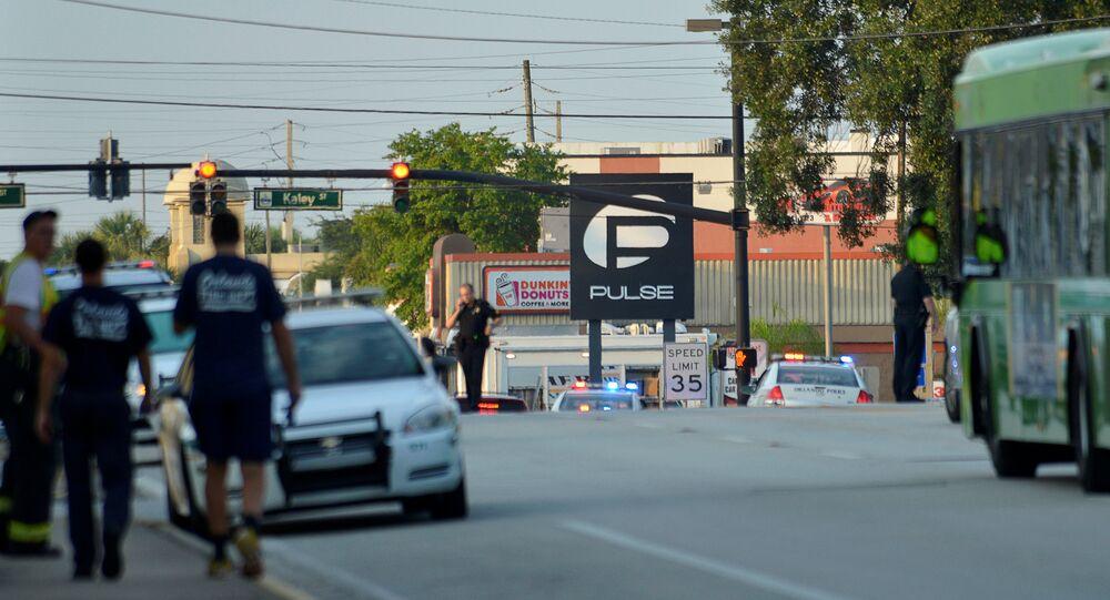 Les véhicules de police bouclent le night-club d'Orlando, théâtre d'une fusillade le 12 juin 2016