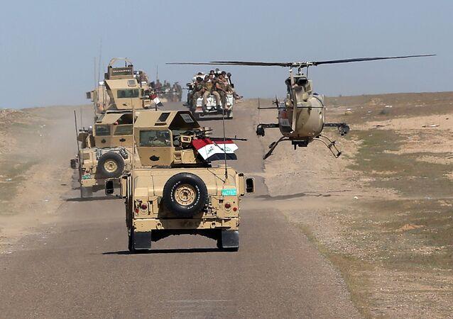 Le ministre irakien de la Défense Khaled al-Obeidi conduit des troupes vers une zone de combats contre  Daech