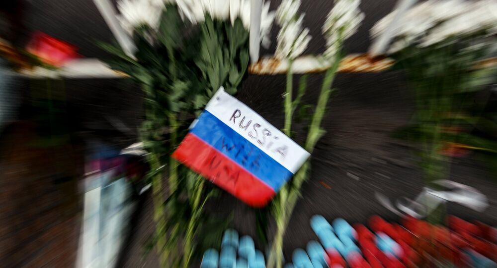 Des fleurs devant l'ambassade des Etats-Unis à Moscou