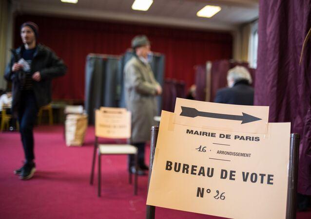 Macron et Le Pen toujours en tête des intentions de vote, Mélenchon talonne Fillon
