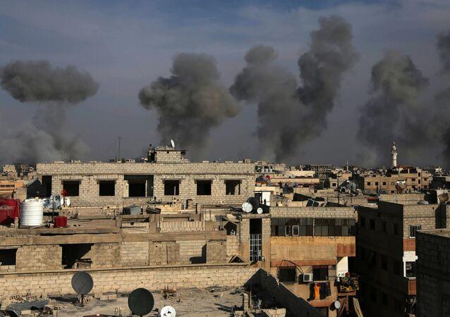 Les conséquences de frappe aérienne de l'armée de l'air syrienne dans la région de la Ghouta de l'Est, le 13 décembre 2015