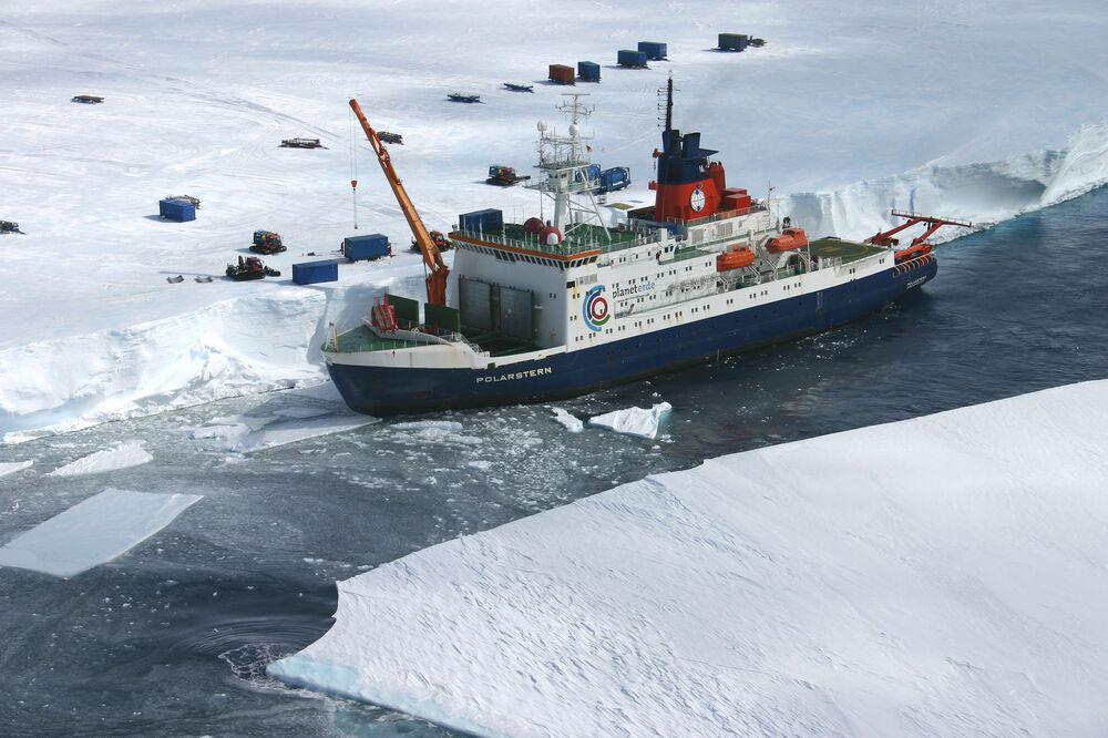 Le brise-glace de recherche allemand Polarstern à Bremerhaven
