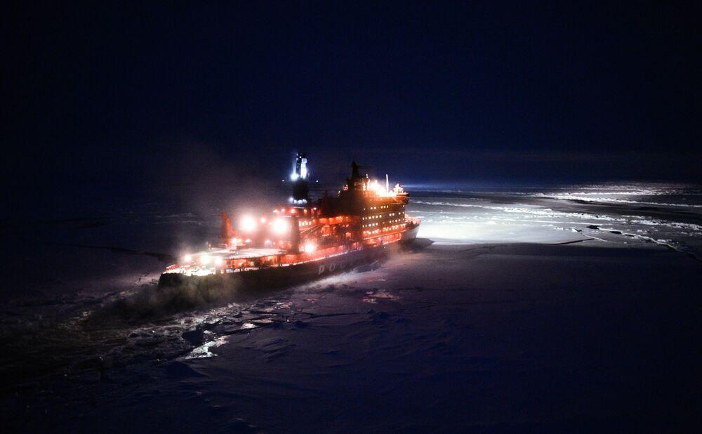 Le brise-glace russe à propulsion nucléaire les 50 ans de la Victoire se dirige vers le pôle Nord