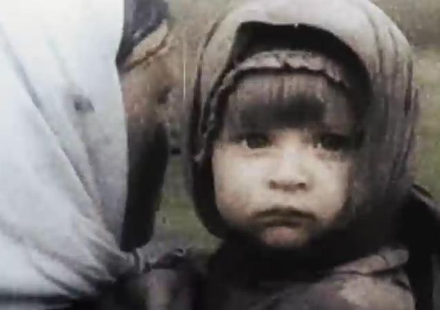 Papa, ne pars pas!, criait-elle, en larmes...