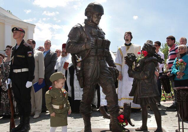 Le monument aux gens polis est dévoilé à l'extérieur du Conseil d'Etat de la République de Crimée