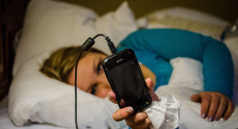 Une femme regardant son smartphone