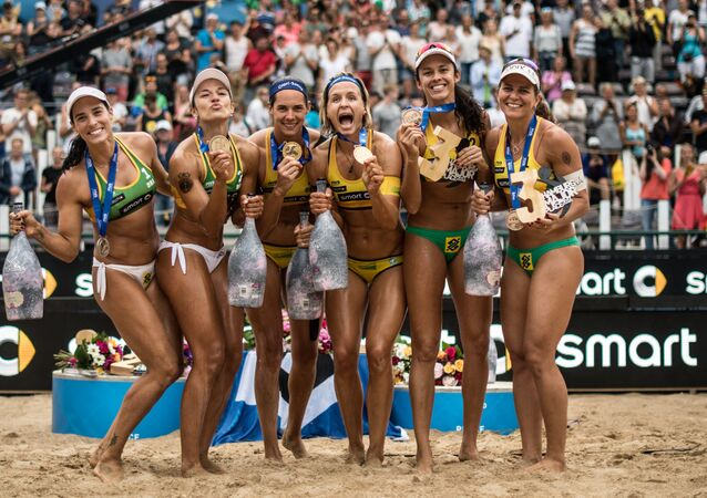 Les vainqueurs des médailles d'or et d'argent lors de la cérémonie de remise des récompenses du volleyball de plage à Hambourg
