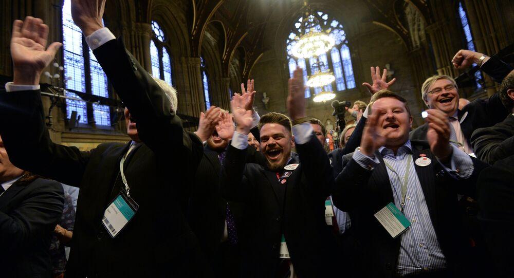 Membres du Parti de l'indépendance du Royaume-Uni après l'annonce des résultats du référendum