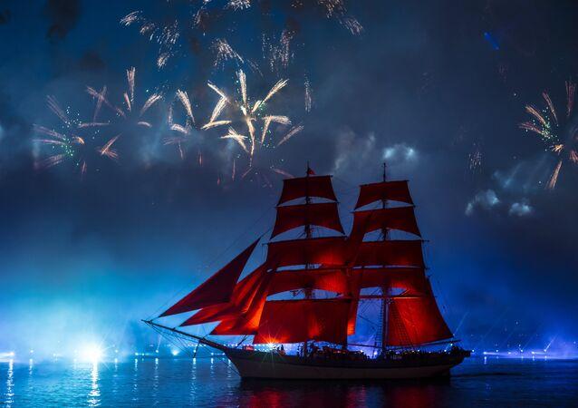 La fête Voiles Ecarlates sur la Neva à Saint-Pétersbourg
