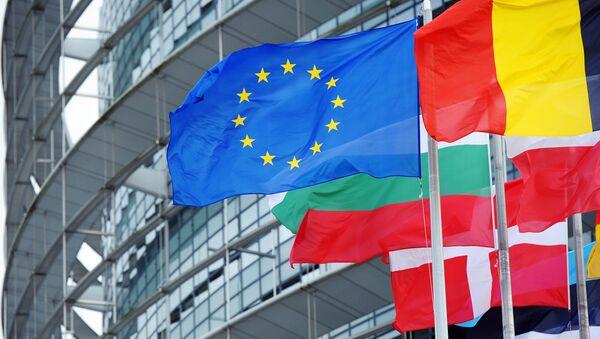Le drapeau de l'UE devant le siège du parlement européen à Strasbourg - Sputnik France
