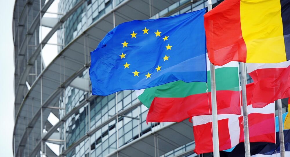 Drapeaux européens devant le siège du Parlement européen