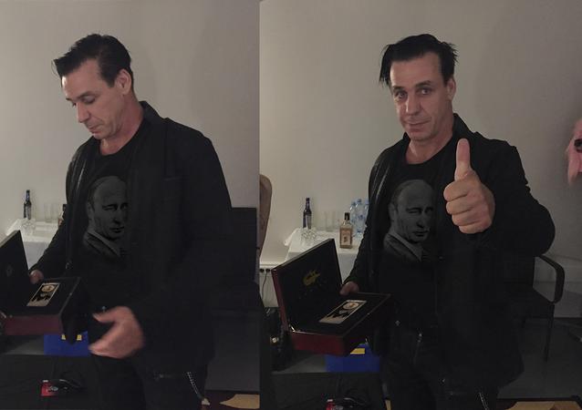 Till Lindemann mit einem iPhone mit der Abbildung von Wladimir Putin