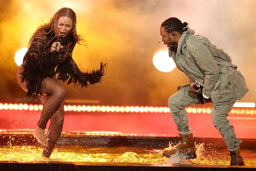 La chanteuse Beyonce et le rappeur Kendrick Lamar lors de la cérémonie BET Awards à Los Angeles