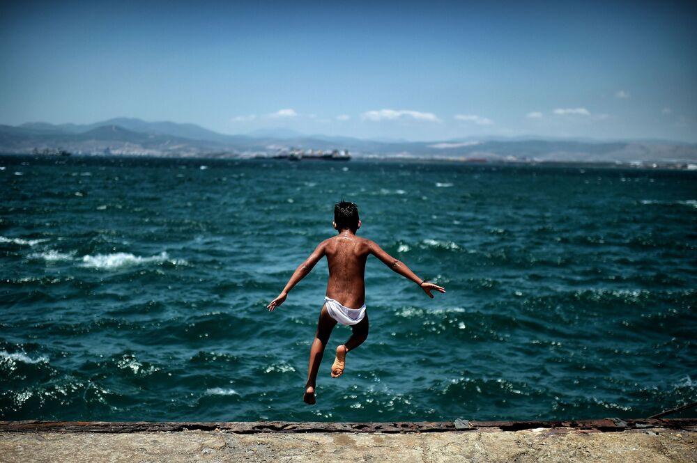 Un enfant dans un camp de migrants vers Athènes en Grèce