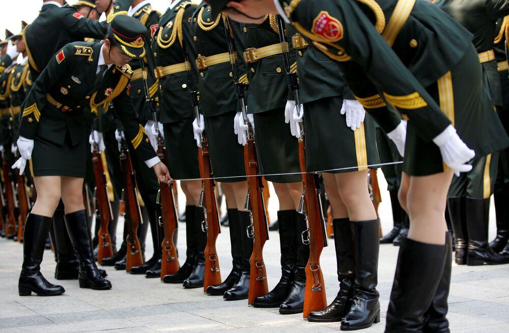 Des femmes de l'Armée populaire de libération avant la rencontre avec le président russe Vladimir Poutine à Pékin