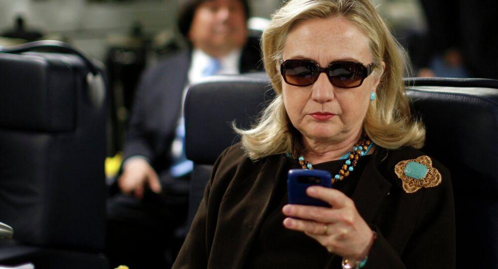 Clinton est de retour, mais pourquoi ces lunettes noires?