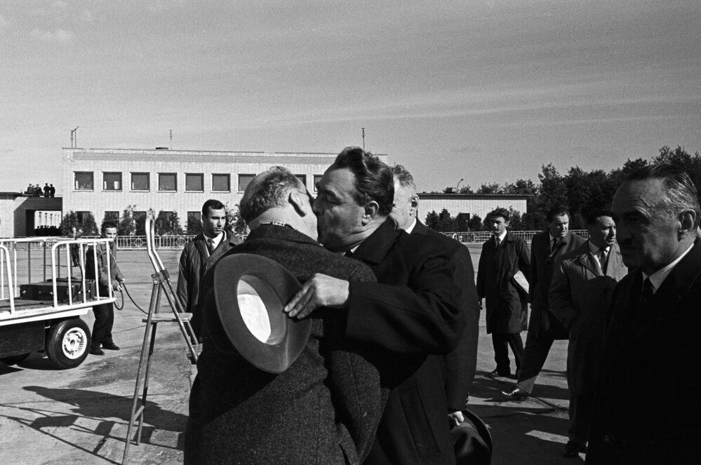 Le président du Conseil d'État de la République démocratique allemande Walter Ulbricht et le secrétaire général du Parti communiste de l'Union soviétique Léonid Brejnev lors d'une rencontre à Moscou.