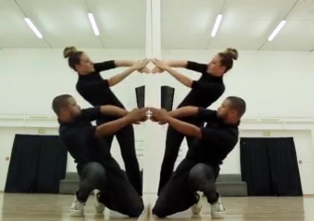 Ce duo interprète une performance surprenante grâce à un miroir