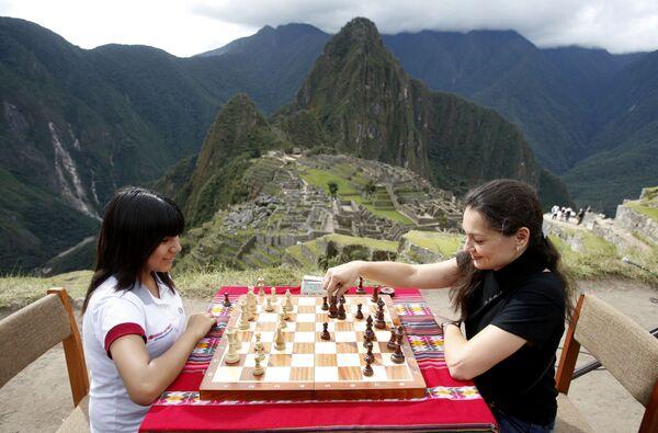 Le champion du monde d'échecs russe Alexandre Kostenuyk et la championne du monde du Pérou Cori T. Deysi jouent dans la citadelle inca de Machu Picchu au Pérou. - Sputnik France