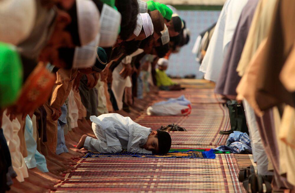 Un garçon lors de la fête de l'Aïd el-Fitr dans la mosquée de Jama Masjid au Pakistan.