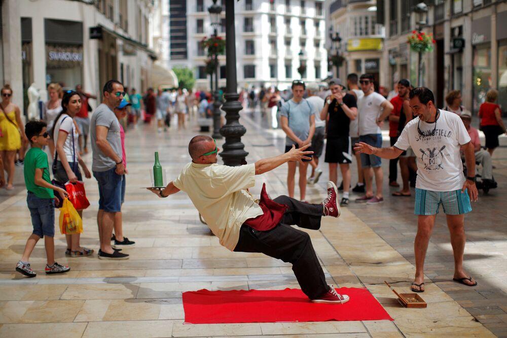 Un artiste de rue lors de sa performance dans la ville espagnole de Malaga.