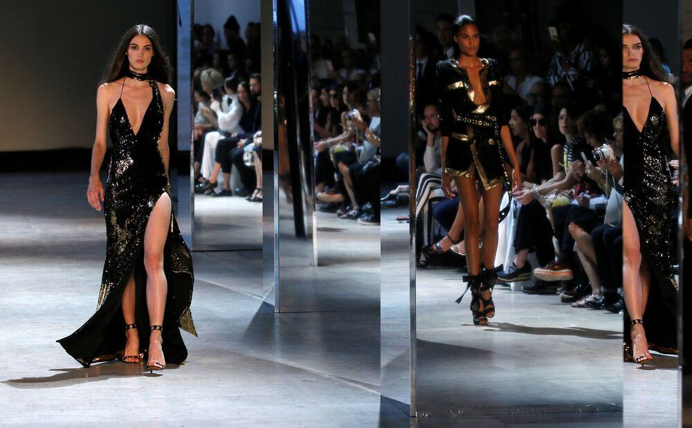 Une mannequin qui défile à Paris.