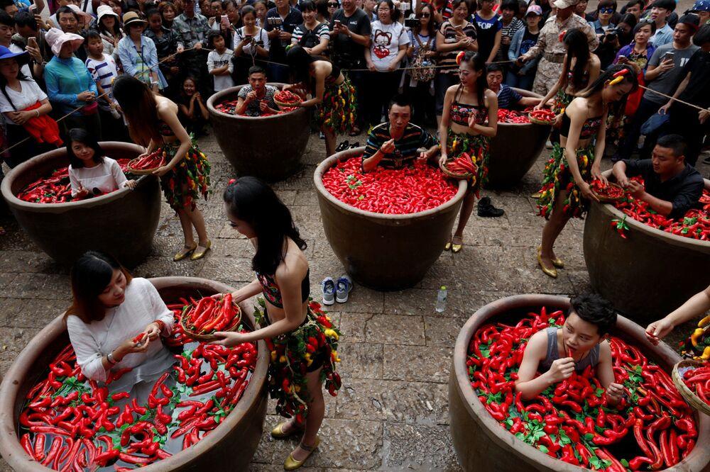 Un concours d'ingestion de poivron rouge en Chine.
