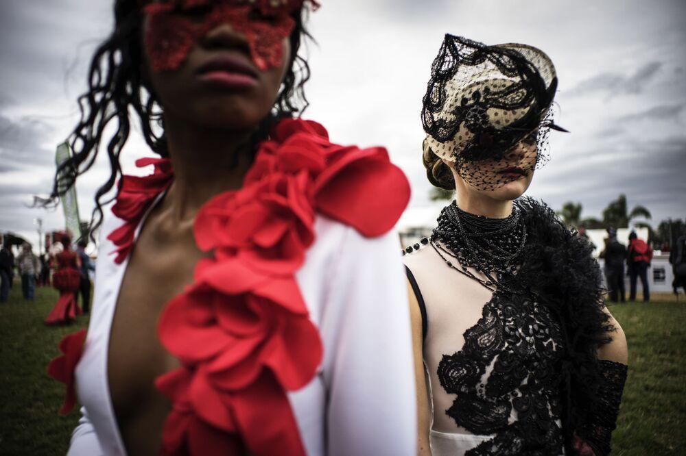 Des mannequins en costumes avant une course hippique à Durban en Afrique du Sud.