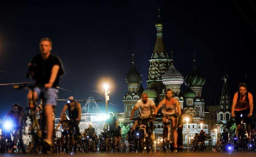 Une vélo-parade de nuit sur la place Rouge.