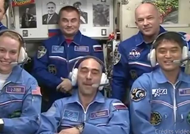 L'équipage du vaisseau spatial Soyouz MS-01 arrive sur l'ISS